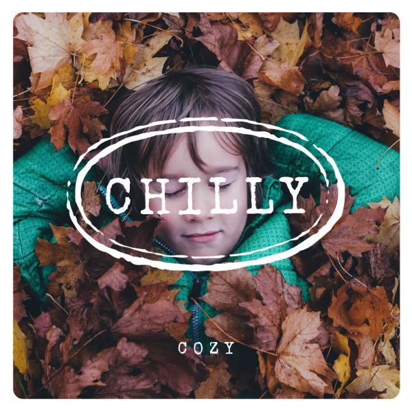 睡在秋叶里的孩子